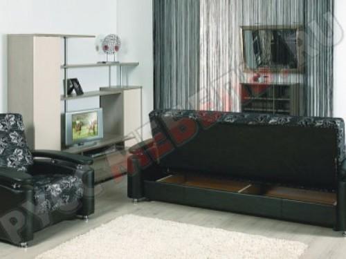 Под сиденьем дивана большой бельевой ящик: