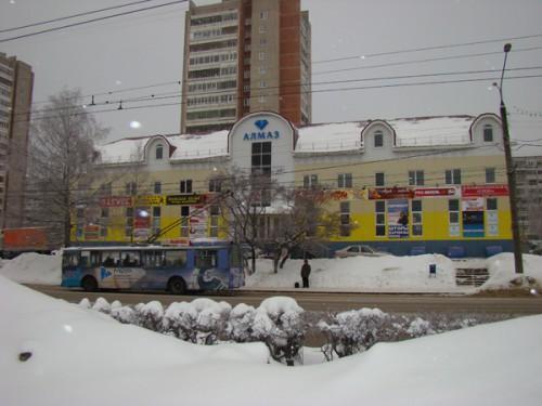 Удобное расположение - рядом с остановкой общественного транспорта: